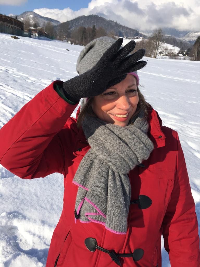Frau-Schnee-rote-Jacke-Kinderwunsch-Babywunsch-Erfahrungsbericht-Selbsthilfegruppe-was tun-Tipps-Coaching-Ferber-Kindersehnsucht-gut leben-Tipps-Hilfe-Psychologie