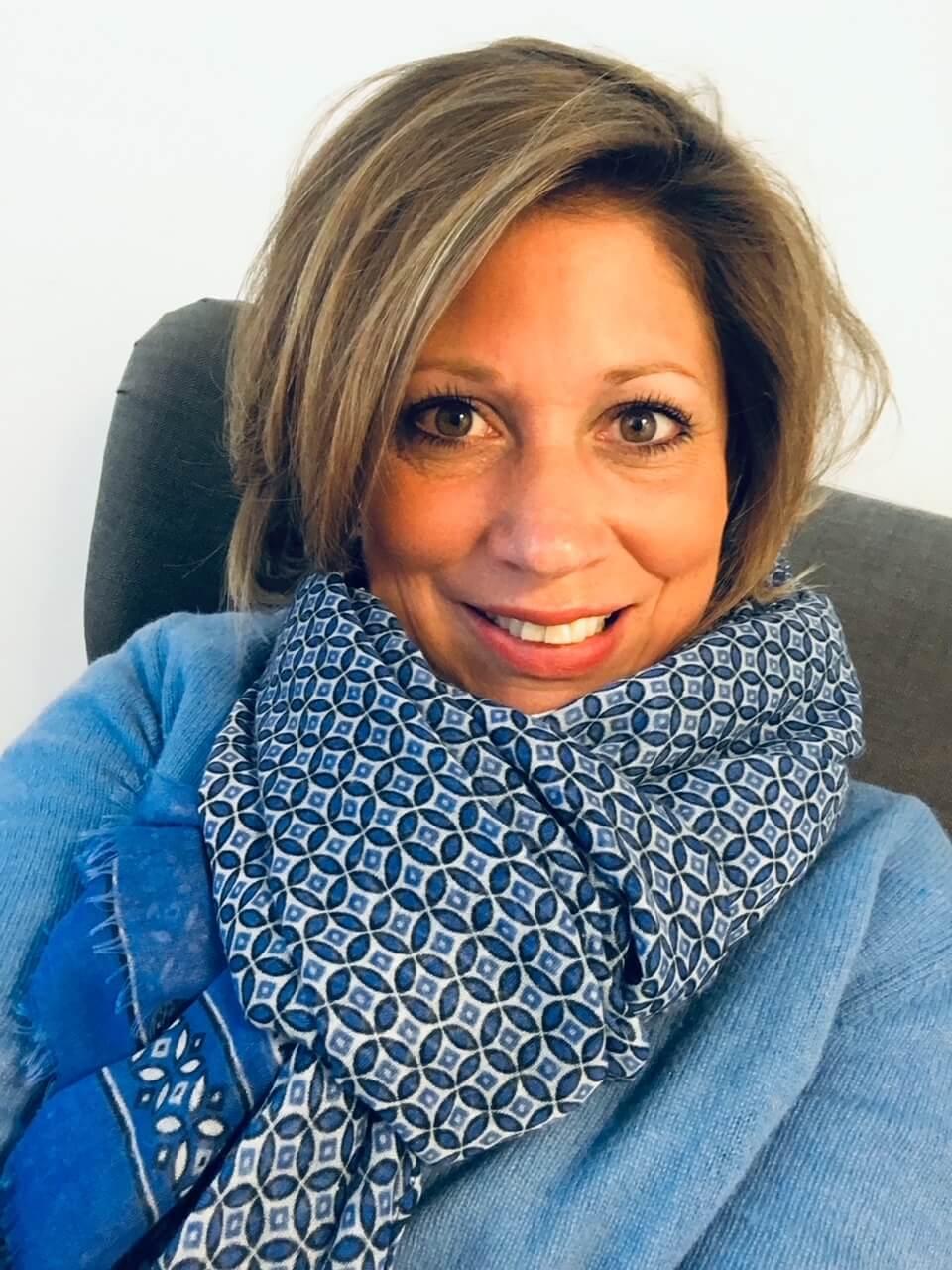 Frau-Schal-Pullover-Kinderwunsch-positiv denken-daran glauben-wie schaffe ich das-Ferber-Beratung-Psychologie-Hilfe