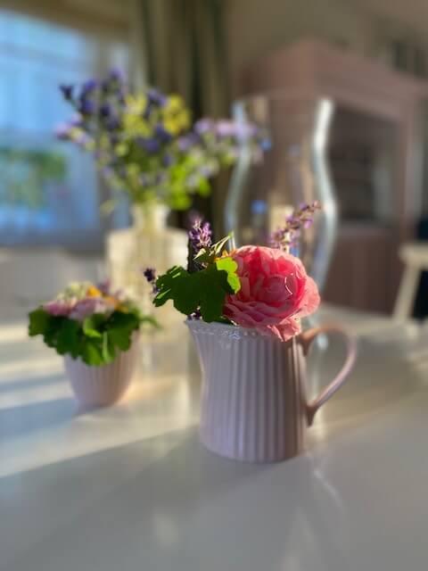Tisch-Blumenvase-Rose-Kinderwunsch-verzweifelt-kinderlos-Erfahrungsbericht-Ferber-Kindersehnsucht